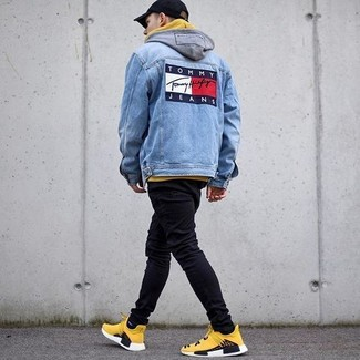 Comment porter: veste en jean bleue, sweat à capuche jaune, jean skinny noir, chaussures de sport jaunes