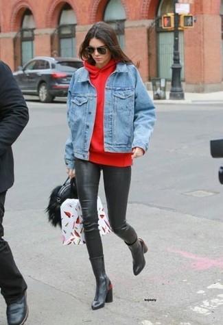 Comment porter un sweat à capuche rouge: Marie un sweat à capuche rouge avec des leggings en cuir noirs pour une tenue idéale le week-end. Apportez une touche d'élégance à votre tenue avec une paire de des bottes mi-mollet en cuir noires.