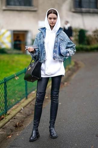Comment porter: veste en jean bleue, sweat à capuche blanc, leggings en cuir noirs, cuissardes en cuir noires