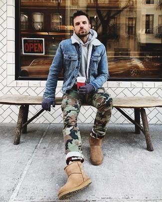 Comment porter des gants en laine bleu marine: Pour une tenue aussi confortable que ton canapé, essaie d'harmoniser une veste en jean bleue avec des gants en laine bleu marine. Tu veux y aller doucement avec les chaussures? Termine ce look avec une paire de des bottes ugg marron clair pour la journée.