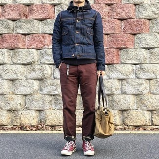 Comment porter: veste en jean bleu marine, sweat à capuche noir, pantalon chino marron, baskets montantes en toile rouges