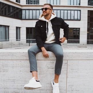 Tendances mode hommes: Harmonise une veste en jean noire avec un pantalon chino bleu pour un look de tous les jours facile à porter. Tu veux y aller doucement avec les chaussures? Choisis une paire de baskets basses en cuir blanches et noires pour la journée.