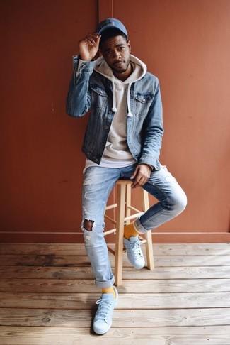 Comment porter une casquette de base-ball bleue: Une veste en jean bleue et une casquette de base-ball bleue sont une tenue parfaite à avoir dans ton arsenal. Choisis une paire de des baskets basses en cuir blanches pour afficher ton expertise vestimentaire.