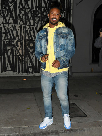 Comment porter: veste en jean bleue, sweat à capuche jaune, t-shirt à col rond à rayures horizontales blanc et bleu marine, jean bleu clair