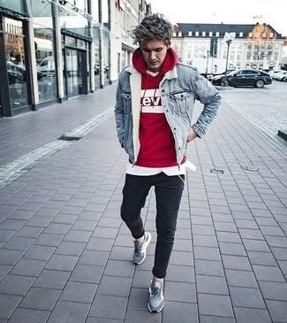 Comment porter: veste en jean bleu clair, sweat à capuche imprimé rouge et blanc, t-shirt à col rond blanc, jean skinny noir