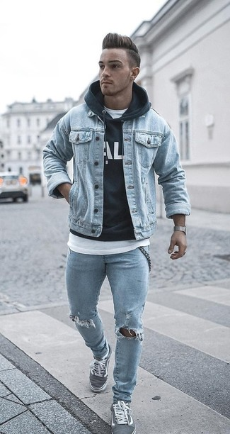 Comment porter: veste en jean bleu clair, sweat à capuche imprimé noir et blanc, t-shirt à col rond blanc, jean skinny déchiré bleu clair