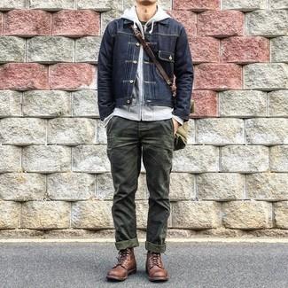 Comment porter: veste en jean noire, sweat à capuche gris, t-shirt à col rond noir, pantalon chino olive