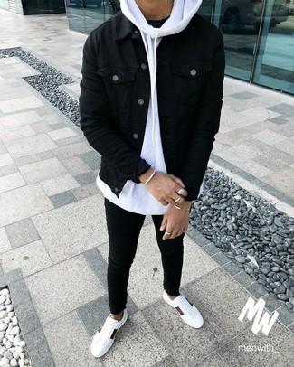 Comment porter: veste en jean noire, sweat à capuche blanc, t-shirt à col rond noir, jean skinny noir