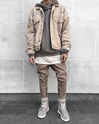 Comment porter un jean marron clair: Pour une tenue de tous les jours pleine de caractère et de personnalité pense à marier une veste en jean beige avec un jean marron clair. Tu veux y aller doucement avec les chaussures? Complète cet ensemble avec une paire de des baskets montantes en daim grises pour la journée.