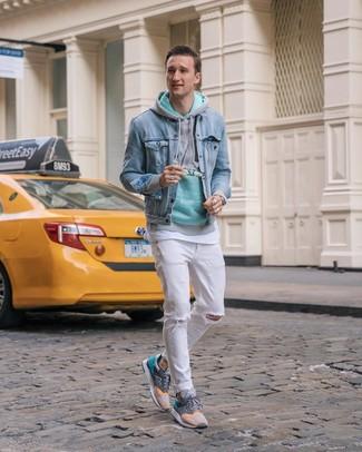 Comment porter: veste en jean bleu clair, sweat à capuche vert menthe, t-shirt à col rond blanc, jean déchiré blanc