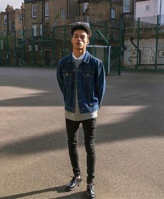 Comment porter: veste en jean bleu marine, sweat-shirt gris, chemise de ville blanche, jean skinny noir