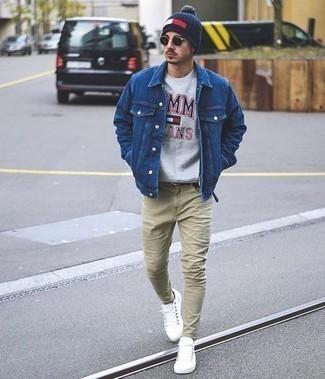 Comment porter des baskets basses blanches: Pense à marier une veste en jean bleue avec un jean beige pour un look de tous les jours facile à porter. Une paire de des baskets basses blanches est une option génial pour complèter cette tenue.