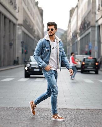 Comment porter: veste en jean bleue, sweat-shirt imprimé gris, jean skinny déchiré bleu, baskets basses en toile tabac