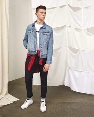 Comment porter des baskets basses en cuir imprimées blanches: Pense à porter une veste en jean bleu clair et un jean noir pour une tenue confortable aussi composée avec goût. Une paire de baskets basses en cuir imprimées blanches est une option parfait pour complèter cette tenue.