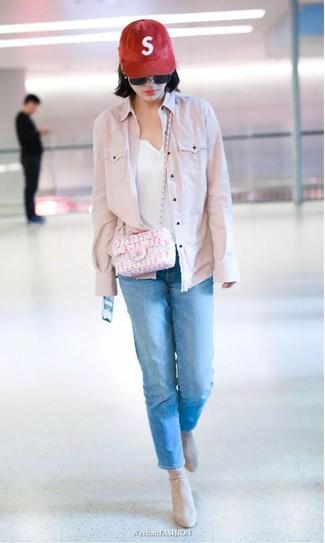 Comment porter: veste en jean rose, t-shirt à col boutonné blanc, jean bleu, bottines en daim beiges