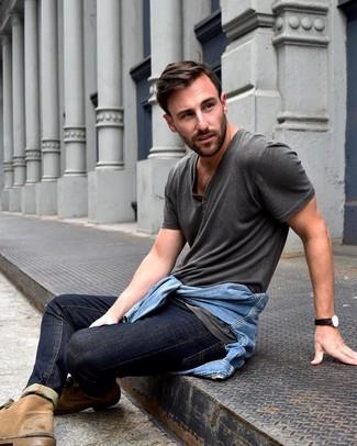 Comment porter: veste en jean bleu clair, t-shirt à col boutonné gris foncé, jean bleu marine, bottines chukka en daim marron clair