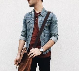 Comment porter: veste en jean bleue, t-shirt à col boutonné bordeaux, pantalon chino noir, besace en cuir marron