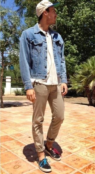 Comment porter: veste en jean bleue, t-shirt à col boutonné beige, pantalon chino marron clair, tennis noirs