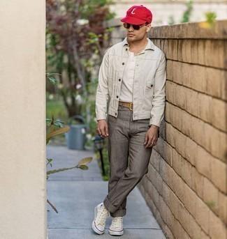 Comment porter une ceinture en cuir marron clair: Essaie d'harmoniser une veste en jean blanche avec une ceinture en cuir marron clair pour une tenue idéale le week-end. Rehausse cet ensemble avec une paire de baskets montantes en toile beiges.