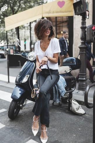 Comment porter: veste en jean bleu clair, t-shirt à col en v blanc, jean flare noir, escarpins en cuir à clous blancs