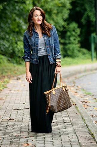 Comment porter: veste en jean bleu marine, t-shirt à col en v gris, jupe longue plissée noire, sac fourre-tout en cuir imprimé marron foncé