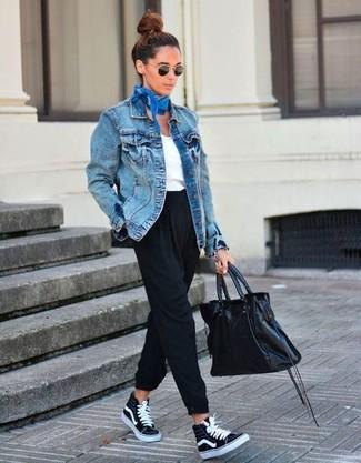 Comment porter: veste en jean bleue, t-shirt à col en v blanc, pantalon carotte noir, baskets montantes en toile noires