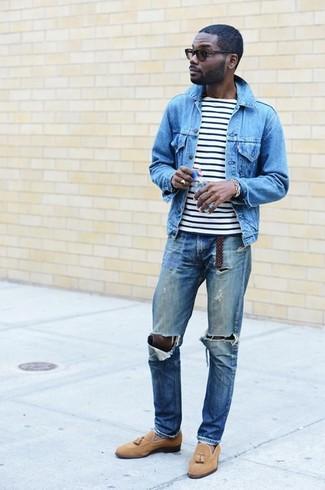 Comment porter: veste en jean bleu clair, t-shirt à col rond à rayures horizontales blanc et noir, jean déchiré bleu, mocassins à pampilles en daim marron clair