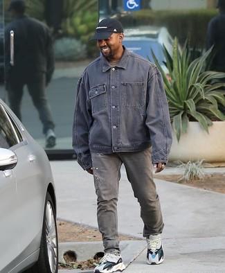 Comment porter: veste en jean grise, t-shirt à col rond marron, jean gris, chaussures de sport blanches