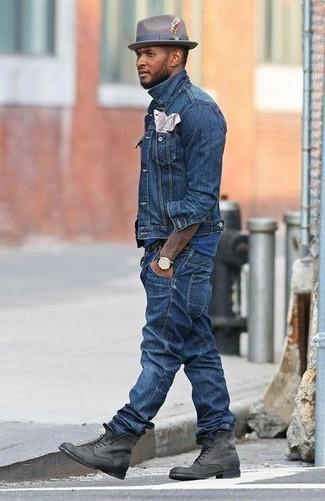 Comment porter: veste en jean bleue, t-shirt à col rond bleu, jean bleu, bottes de loisirs en daim grises