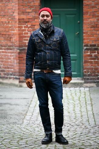 Comment porter: veste en jean bleu marine, t-shirt à col rond blanc, jean bleu marine, bottines chukka en cuir noires