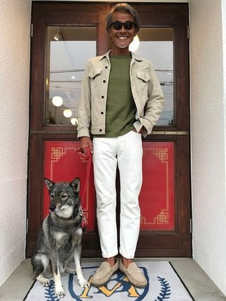 Comment porter: veste en jean beige, t-shirt à col rond olive, jean blanc, slippers en daim beiges