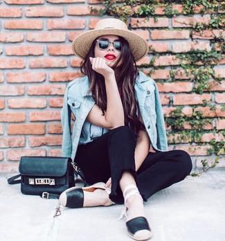 Comment porter: veste en jean bleu clair, t-shirt à col rond blanc, jean noir, espadrilles en cuir noires