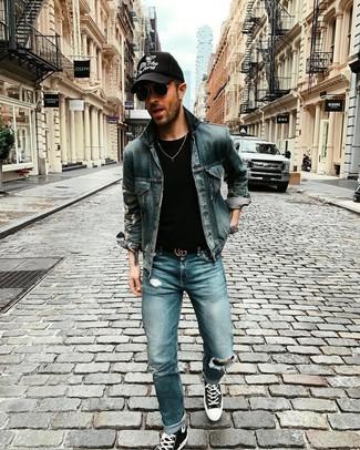 Comment porter: veste en jean bleu marine, t-shirt à col rond noir, jean déchiré bleu, baskets montantes en toile noires et blanches
