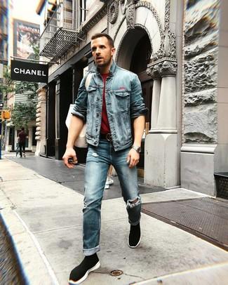 Comment porter: veste en jean bleue, t-shirt à col rond bordeaux, jean déchiré bleu, baskets montantes noires