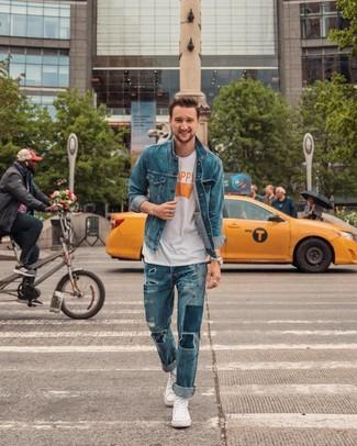 Comment porter: veste en jean bleue, t-shirt à col rond imprimé blanc, jean déchiré bleu, baskets montantes en toile blanches