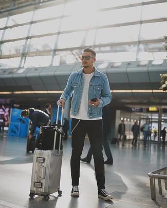 Comment porter: veste en jean bleu clair, t-shirt à col rond blanc, jean noir, baskets basses en toile noires et blanches