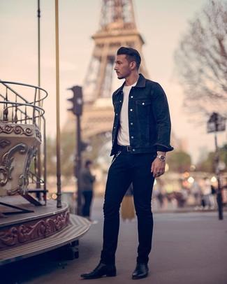 Comment porter: veste en jean noire, t-shirt à col rond blanc, jean noir, bottines chelsea en cuir noires
