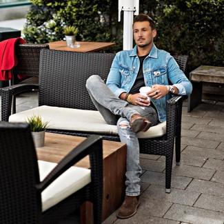 Comment porter: veste en jean bleue, t-shirt à col rond noir, jean déchiré gris, bottines chelsea en daim marron