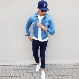 Comment porter une casquette de base-ball noire: Essaie d'associer une veste en jean bleue avec une casquette de base-ball noire pour un look idéal le week-end. Fais d'une paire de des baskets basses en cuir blanches ton choix de souliers pour afficher ton expertise vestimentaire.