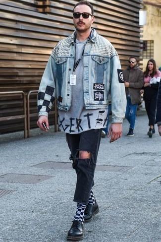 Comment porter un t-shirt à col rond avec un jean: Pense à porter un t-shirt à col rond et un jean pour une tenue relax mais stylée. D'une humeur créatrice? Assortis ta tenue avec une paire de des chaussures derby en cuir noires.
