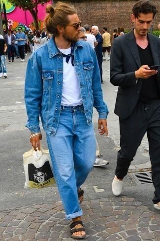 Comment porter un t-shirt à col rond avec un jean: Harmonise un t-shirt à col rond avec un jean pour une tenue confortable aussi composée avec goût. Tu veux y aller doucement avec les chaussures? Fais d'une paire de des sandales en cuir noires ton choix de souliers pour la journée.
