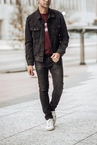 Comment porter un t-shirt à col rond: Marie un t-shirt à col rond avec un jean noir pour une tenue idéale le week-end. Une paire de des baskets basses en toile blanches et noires est une option astucieux pour complèter cette tenue.