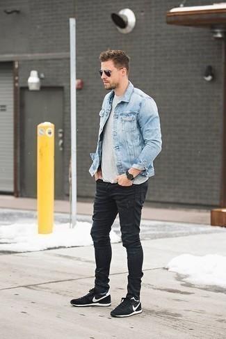 Comment porter des chaussettes bleu clair: Pense à marier une veste en jean bleu clair avec des chaussettes bleu clair pour un look idéal le week-end. Assortis ce look avec une paire de des chaussures de sport noires et blanches.