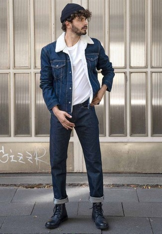 Comment porter un bonnet bleu marine: Harmonise une veste en jean bleu marine avec un bonnet bleu marine pour un look idéal le week-end. Jouez la carte classique pour les chaussures et fais d'une paire de des bottes de loisirs en cuir noires ton choix de souliers.