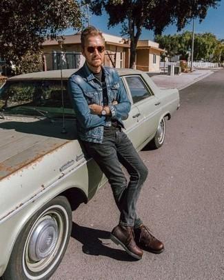 Comment porter un jean déchiré gris foncé: Pour une tenue aussi confortable que ton canapé, pense à porter une veste en jean bleue et un jean déchiré gris foncé. D'une humeur audacieuse? Complète ta tenue avec une paire de des bottes de loisirs en cuir marron.