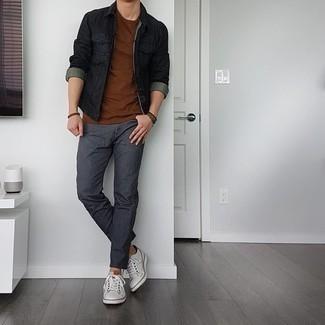 Comment porter un bracelet marron foncé: Pense à opter pour une veste en jean noire et un bracelet marron foncé pour une tenue relax mais stylée. Jouez la carte classique pour les chaussures et complète cet ensemble avec une paire de baskets basses en cuir blanches.