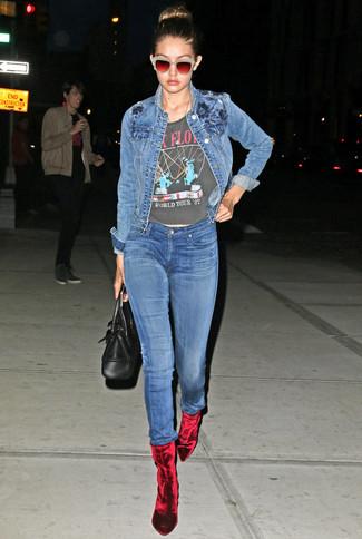 Comment porter: veste en jean bleue, t-shirt à col rond imprimé gris foncé, jean skinny bleu, bottines en velours rouges