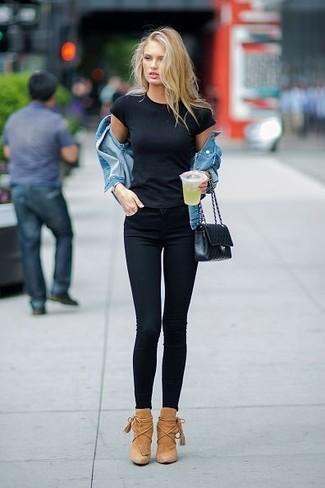 Comment porter: veste en jean bleue, t-shirt à col rond noir, jean skinny noir, bottines en daim marron clair
