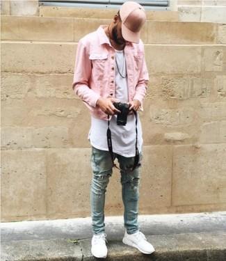 Comment porter: veste en jean rose, t-shirt à col rond blanc, jean skinny déchiré bleu clair, baskets basses blanches