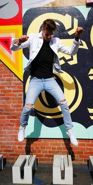 Comment porter: veste en jean blanche, t-shirt à col rond noir, jean skinny déchiré bleu clair, baskets basses blanches